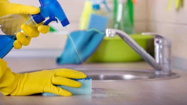 Imagen de desinfectantes sin lejía en un fregadero